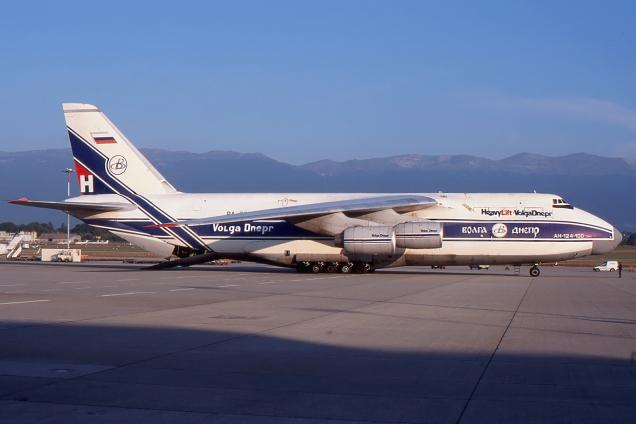 Antonov 124 - Volga Dnepr Airlines - RA-82047 - Genève GVA/LSGG Septembre 1998 - Photo copyright: Gilles Brion